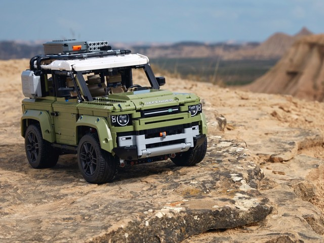 2020 Land Rover Defender Lego Technic is awesome