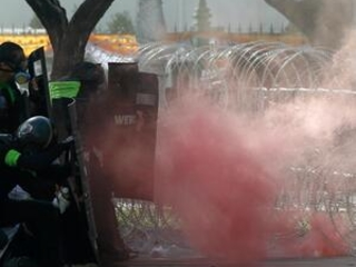 Thai police use tear gas against anti-government protesters