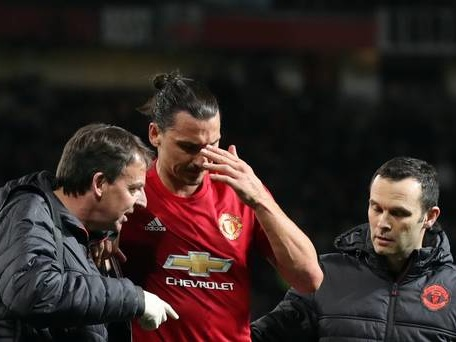 Manchester United in talks with Zlatan Ibrahimovic over new deal