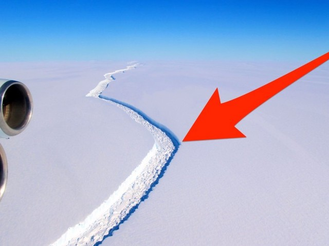 A huge crack in a 1,000-foot-thick Antarctic ice block has taken an alarming turn