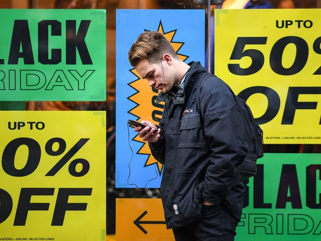 UK retail sales fall as shoppers hunt for bargains
