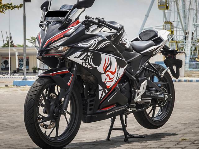 Honda CB150R StreetFire modified into Honda CBR250RR Kabuki Edition