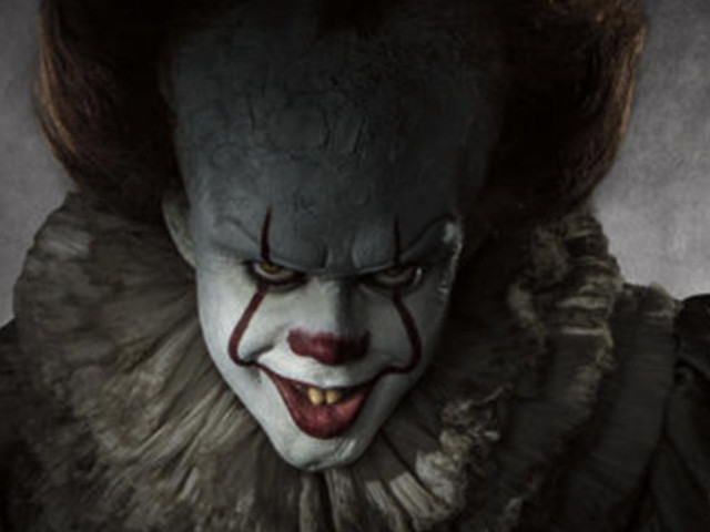 Some Guy Secretly Photoshopped Pennywise Into His Sister's Engagement Pics