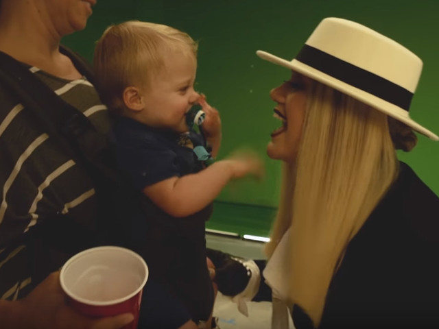 Kelly Clarkson Gets a Visit From Her Children on Her Music Video Set!
