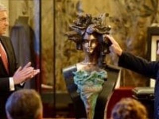 Lucia Popp bust is installed at Vienna Opera