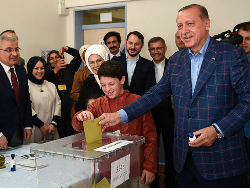 'Yes' camp edging tight Turkey poll on Erdogan powers
