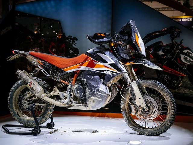 KTM 790 Adventure R Concept vs KTM Dakar Rally bike [Video]