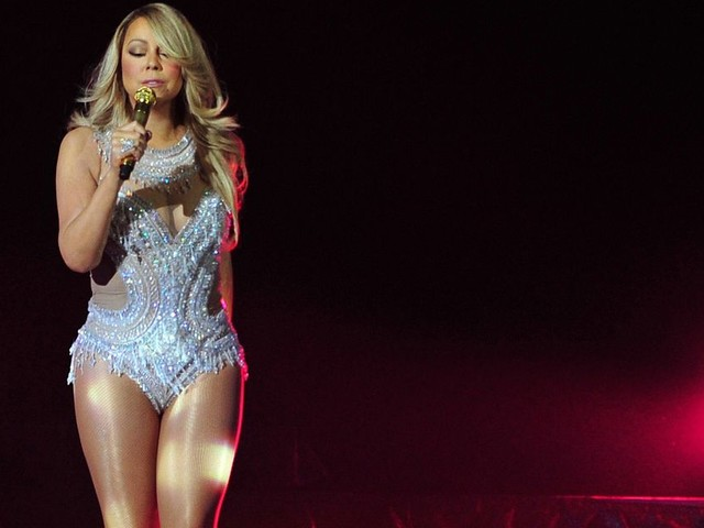Mariah Carey pays an emotional tribute to those affected by the Manchester Arena bomb