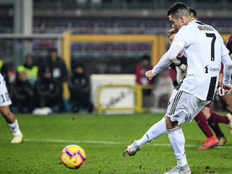 Ronaldo penalty sees off Torino, Icardi gets Inter back winning