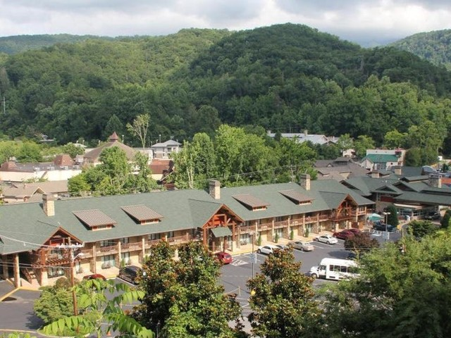 The 8 best hotels in Pigeon Forge and Gatlinburg, from budget family stays with water parks to hotels perched in the hills with hiking trails across the street