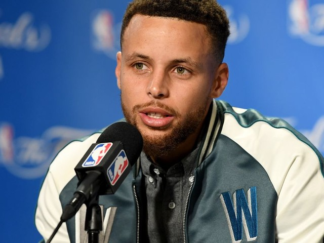 Stephen Curry consoles Devin Harris' nephew after his father's death