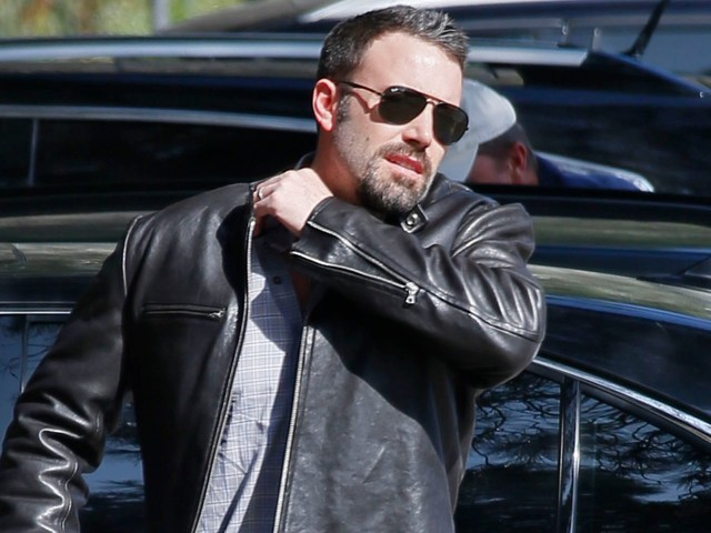 People are stressing out over the way Ben Affleck holds his laptop, but it turns out he's not alone