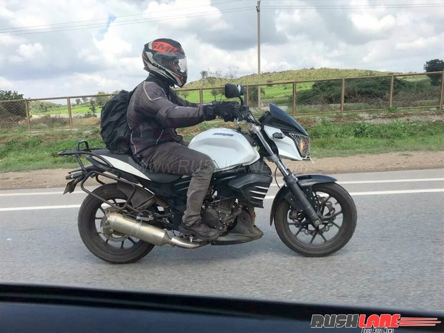Low cost variant of Mahindra Mojo spied with accessories