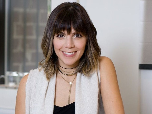 An actor turned freelance copywriter went from making $50,000 to $250,000 in one year. Here are 3 unique strategies she used to make it happen.