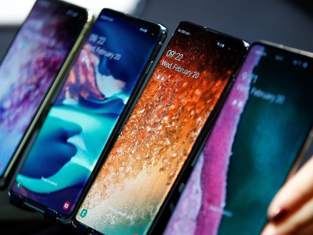 How to change the language on a Samsung Galaxy S10, and choose among regional variations