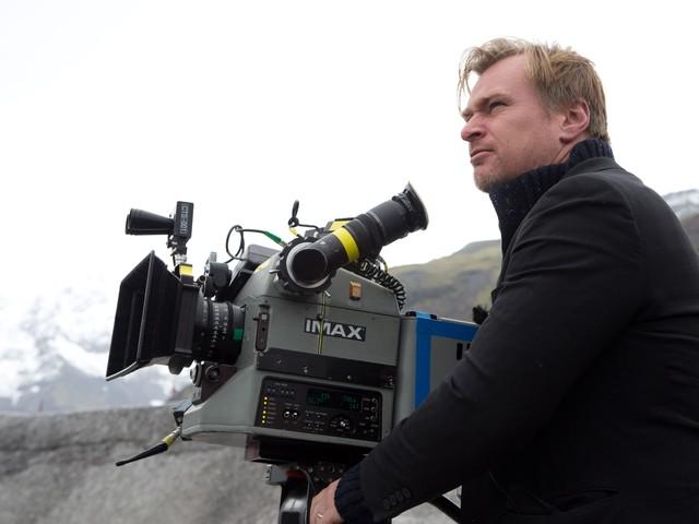 Christopher Nolan's on-set chair ban sits well as a Twitter meme - CNET