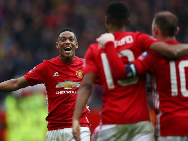 No recognized striker in Manchester United squad traveling to Chelsea — report