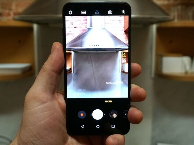 We tried out the LG V30s and its AI-powered camera tricks