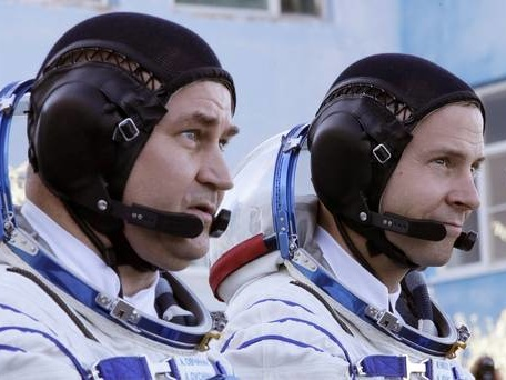 Astronauts to make emergency landing after booster rocket fails