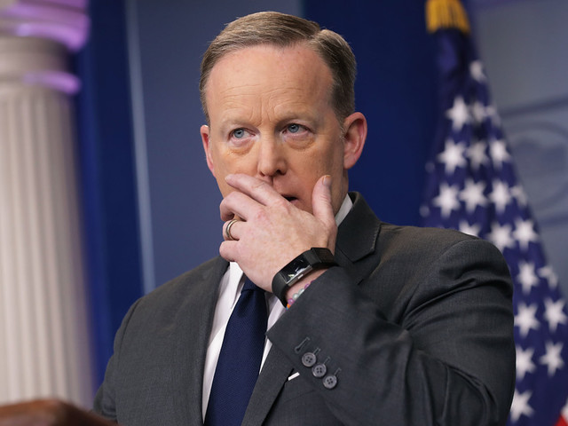 Sean Spicer hid in bushes to avoid facing non-Fox reporters about Comey firing