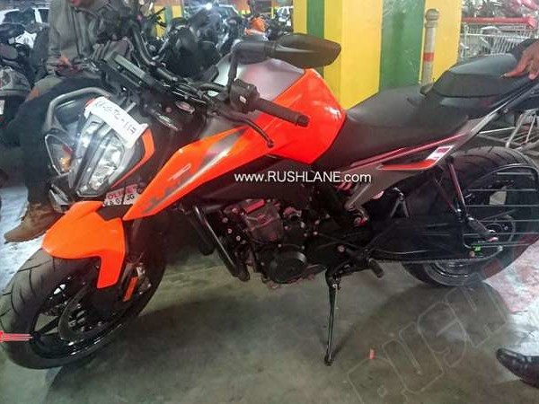 KTM Duke 790 spied at a dealer in Bangalore with saree guard