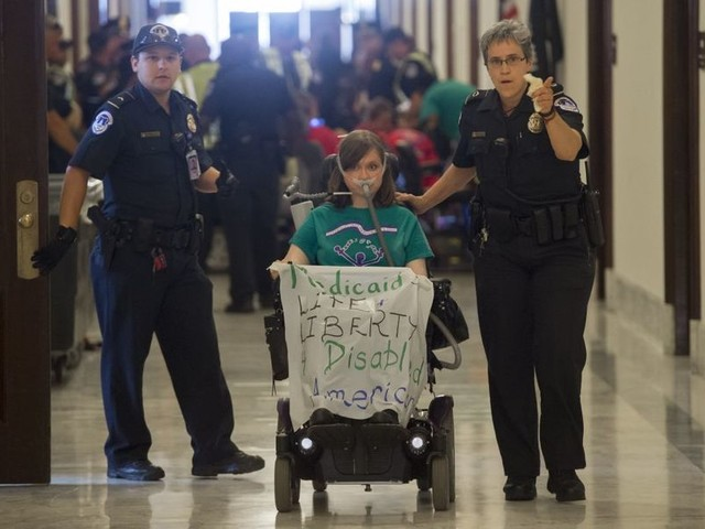 Arrests outside Mitch McConnell's office: he won't meet with the Americans his bill might kill