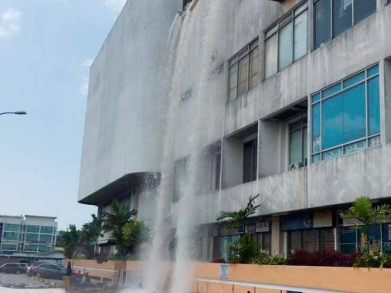 Loud sound before Teruntum Complex wall collapsed (Video)