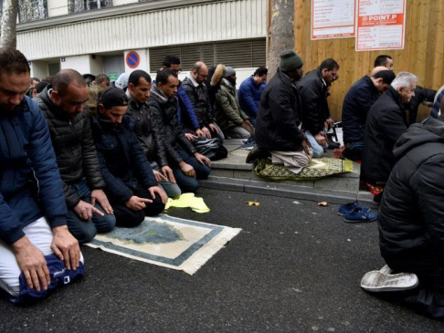 France to 'prevent' Muslim street prayers in Paris suburb