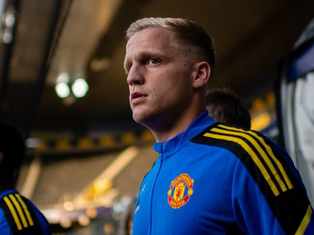 Donny van de Beek told to leave Manchester United to keep career alive