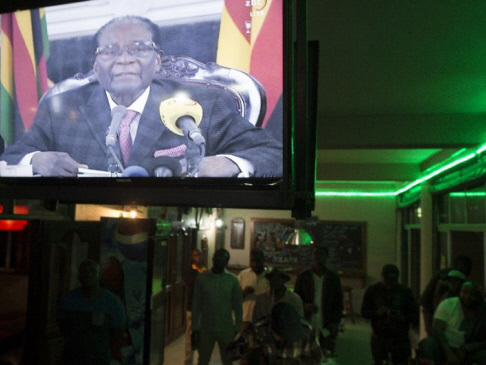 Noon deadline looms for defiant Mugabe as Zimbabwe crisis deepens