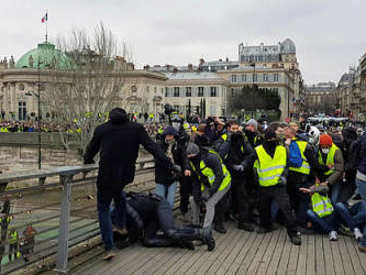 'Yellow vest' boxer arrested after assaulting French policeman