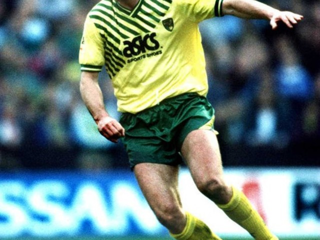 Retro Football: Norwich Poacher Tim Sherwood Skies Open Goal From Six Yards Out Against Bristol City, 1991 (Video)