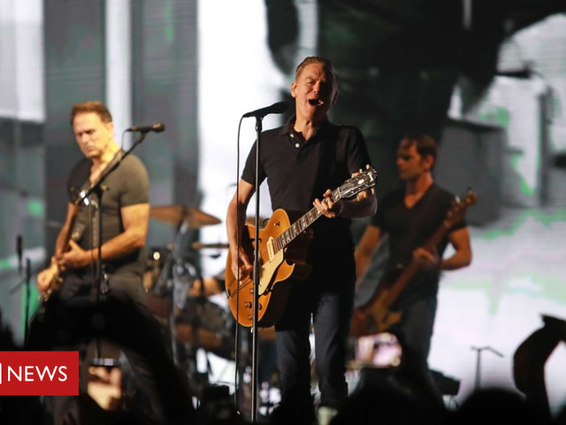 Bryan Adams concert photograph shows off Delhi pollution