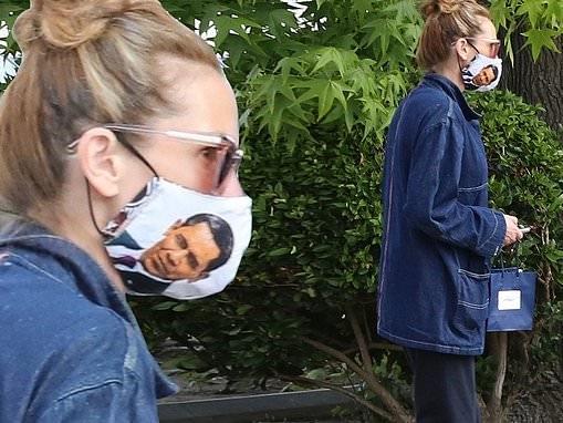 Julia Roberts dons face mask emblazoned with image of President Barack Obama