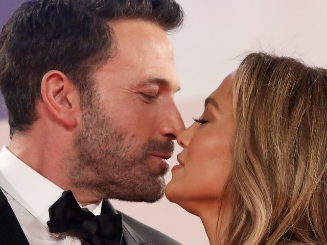 Jennifer Lopez And Ben Affleck Pile On The PDA As They Make Red Carpet Return