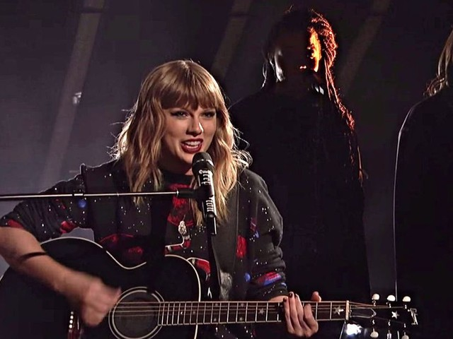 Taylor Swift sang on a jewel-encrusted snake microphone at 'SNL' because of course she did