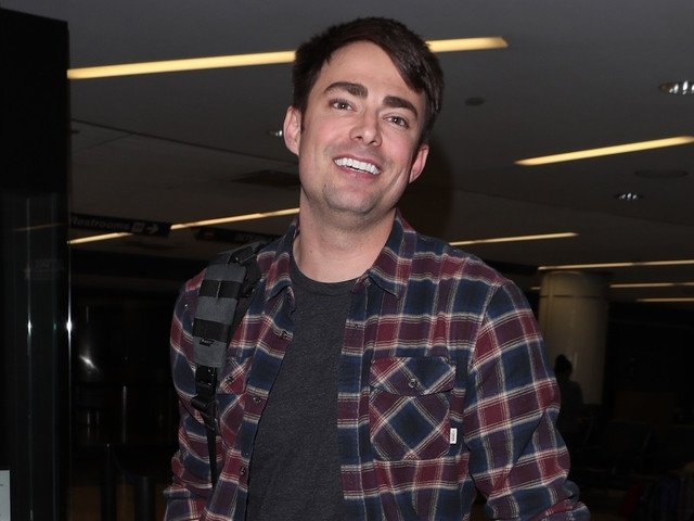 Jonathan Bennett Arrives at LAX After 'Supergirl' Casting News!