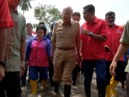 Najib visits flood victims in Pematang Pauh