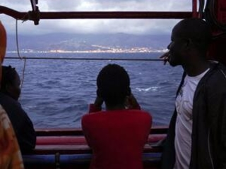 Ocean Viking docks in Sicily, disembarks migrants