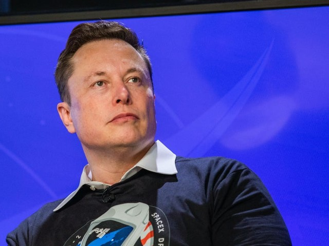 Elon Musk reportedly tells SpaceX's 7,000 employees in email to shift their focus to the rocket designed to eventually take people to the moon — and Mars