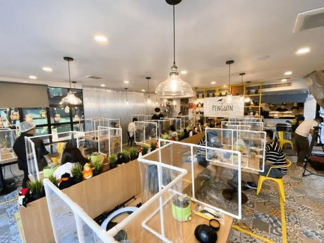 Transparent Dining Barriers - Penguin Eat Shabu Boasts Safety Measures During Restaurant Reopening (TrendHunter.com)