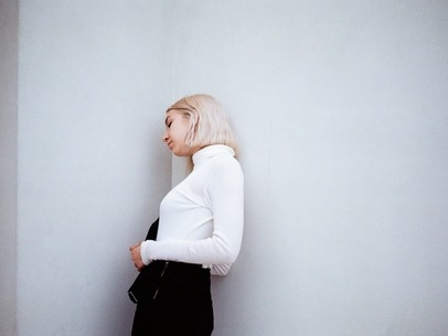 HÅN delivers dream-pop with a natural Italian drama in 'gymnasion' [405 Premiere]