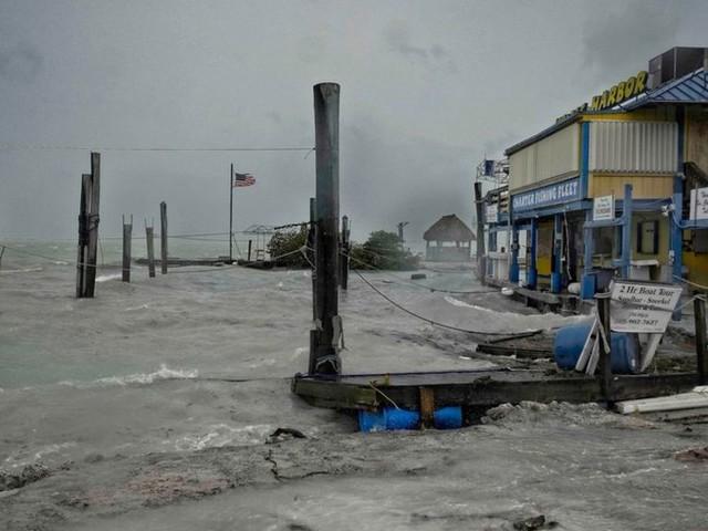 Eye of Hurricane Irma hits Florida islands