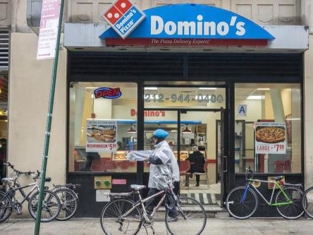 Domino's worker makes pizza in 27 seconds