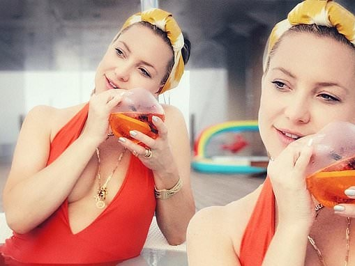 Kate Hudson sips on a spritz while on break from filming her new movie Mona Lisa and the Blood Moon