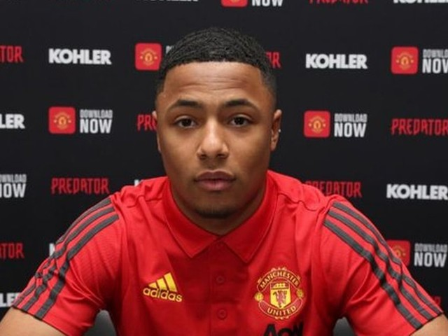 Two Manchester United youngsters sign professional contracts