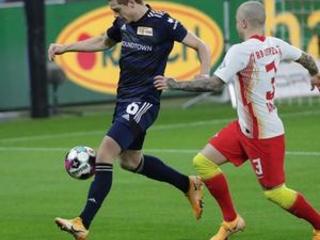 Lewandowski's penalty keeps Bayern 4 points clear of Leipzig