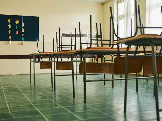 Pupils, parents and teachers left 'bewildered and floundering' by government's handling of education during pandemic