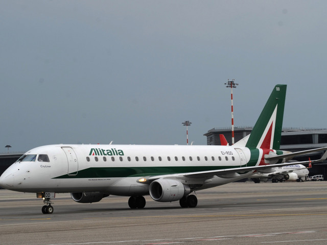 EasyJet and Alitalia cancel hundreds of flights as Italian airport and air traffic control staff go on strike