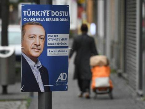 Amid bitter feud, Erdogan weighs in on German election